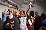 Menschen tanzen auf Party Löwe und Tiger-Masken tragen