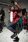 Mann trägt überprüft tanzen auf Party shirt