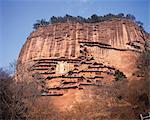 Maijishan est ainsi nommé en raison de sa ressemblance avec un tas de blé.Cent quatre-vingt quatre grottes ont été taillés dans ses murs de granit abruptes, contenant environ 7 000 statues en argile et de Pierre et d'un grand nombre de peintures murales, ce dernier en mauvais état à cause de l'humidité de la region.offer une prière pour les périls qui devaient faire face et remercions les dangers qui ont été en toute sécurité
