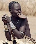 Femme Mursi portant une plaque d'argile grand lèvre. Peu de temps avant le mariage, une lèvre supérieure filles est percée et progressivement tendue sur un an ou deux. La taille de la plaque de lèvre détermine souvent le montant de la dot. Ils vivent dans une région isolée du sud-ouest de l'Éthiopie le long de la rivière Omo, le plus grand fleuve du pays.