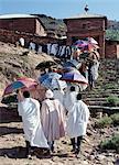 Les prêtres orthodoxes éthiopiennes mènent une procession de fidèles à Abraha Atsheba église pour célébrer le Timkat, les églises Saint jour le plus important. L'Ethiopie est nation chrétienne plus ancienne Afriques, où plus de la moitié de la population suit la foi orthodoxe éthiopienne. Prêtres portent des habits colorés alors que les parapluies de brocart de soie leur ombragent du soleil.