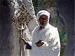 Un vieux prêtre orthodoxe éthiopienne détient un laiton grande croix copte à l'église de roc taillé de Adadi Maryam, juste au sud d'Addis Abeba. C'est la plus méridionale des Eglises rupestres de Ethiopias.