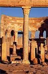 Les ruines du marché dans l'antique romain ville de Leptis Magna. Notez la façade décorée de navires sur les piliers bas à l'avant droite de l'image qui célèbrent les marins marchands de Leptis. Le marché se composait de deux salles octogonales. Tissus 1 salle contenue et l'autre était réservé pour les fruits et légumes.