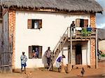 Eine attraktive Malagasy-Startseite der Betsileo-Menschen, die südwestlich der Hauptstadt Leben, sind Antananarivo.Most Häuser gebaut von Betsileo Doppelzimmer stöckigen mit Küchen und lebende Viertel befindet sich im ersten Stock.Vieh wird oft über Nacht im Erdgeschoss eines Hauses gehalten.