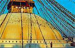 Le Grand Stupa de Boudinath domine le quartier de Chabahil et les vestiges du grand Newari trading centres avec Tibet.The stupa antique est un lieu de pèlerinage important pour les bouddhistes, l'un des plus important Saint lieux au Népal et est également le plus grand peuplement tibétain en dehors du Tibet.