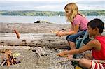 enfants hot dogs de torréfaction au feu de plage