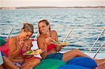 deux femmes de manger sur le pont du bateau