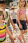 groupe d'enfants marchant sur la plage