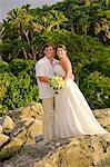 Brautpaar posiert im freien