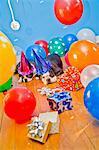 Hunde in Partyhüten mit Luftballons