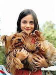 Une fille portant un chien, Suède.