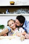 Vater und Tochter backen.