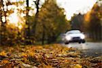 Ein Cabriolet auf einer Straße ein Tag im Herbst, Schweden.