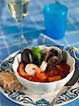 Ragoût de fruits de mer avec du pain et un verre de vin, Suède.