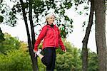 Eine Frau tun stretching-Übungen, Stockholm, Schweden.
