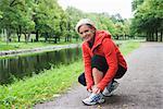 Eine weibliche Jogger binden ihr Misserfolg, Stockholm, Schweden.