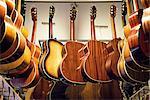 Guitares suspendus dans une boutique, Suède.