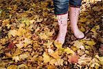 Une femme portant des canots pneumatiques en forêt automne, Stockholm, Suède.