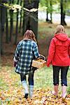 Mère et fille marche dans une forêt, Stockholm, Suède.