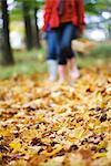 Mère et fille marche dans la forêt automne, Stockkholm, Suède.