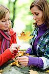 Mère, fille et feuille d'automne, Suède.