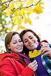 Mère et fille tenant une feuille d'érable, Suède.
