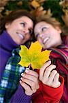 Mère, fille et en automne les feuilles, Suède.