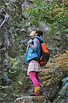 Junge Frau Wanderer stehend auf Rock nachschlagen