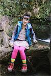 Junge Frau Wanderer sitzen auf Holz neben Wasser-Strom