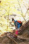 Junge Frau beim Wandern biegen