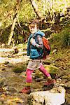 Junge Frau zu Fuß durch Streams