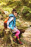 Jeune femme randonneur assis sur bois