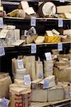 Des fromages à un étal de marché