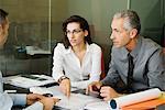 Kunden, die Papierkram mit Kaufmann diskutieren