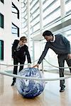 Hommes d'affaires touchant les billes contenues dans encordés hors zone