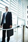 Unternehmer stehen in der Empfangshalle, Blick nach oben