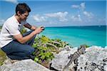 Homme qui prend la photo de Iguana, Reef Playacar Resort et Spa, Playa del Carmen, Mexique