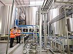 Fabrikarbeiter, die Prüfung von Lagertanks