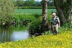 Pêcheur à pied le long de la rivière