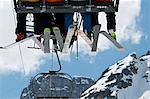 Skieurs équitation télésiège sur montagnes