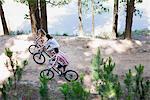 Famille circonscription vélos le long du lac