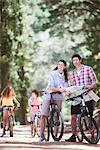 Familie mit Blick auf die Karte im Wald Fahrräder