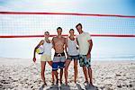 Freunde am Beachvolleyball-Platz
