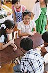 Studierende diskutieren im Klassenzimmer