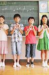 Enfants dans la musique de flûte jouant classe
