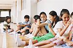 Kinder sitzen In der Schule-Korridor