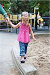 Mädchen mit Mamas Hand, Washington Park Spielplatz, Portland, Oregon, USA