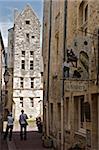Touristes visitant une ancienne rue des maisons médiévales de la vieille ville, Bayeux, Calvados, Normandie, France, Europe