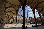 La Cour intérieure, la mosquée bleue (Sultan Ahmet Camii), Sultanahmet, Istanbul, en Turquie, Europe