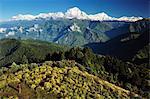 Un randonneur sur Poon Hill regarde vers Himal Dhaulagiri, Annapurna Conservation Area, Dhawalagiri (Dhaulagiri), région de l'Ouest, Népal, Asie